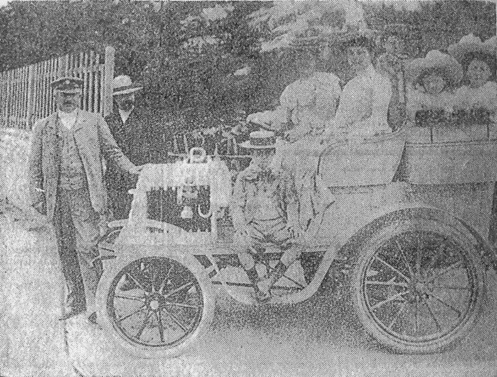 L'une des premières automobiles, celle du grand-père Pineau qui, en 1898, faisait figure de promoteur